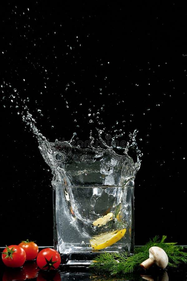 柠檬和水飞溅  图库摄影