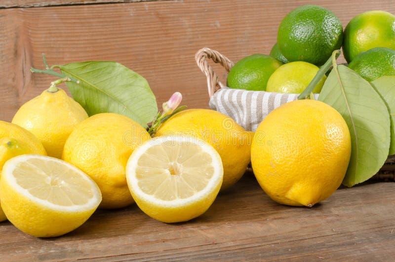 柠檬和石灰在篮子 免版税库存照片