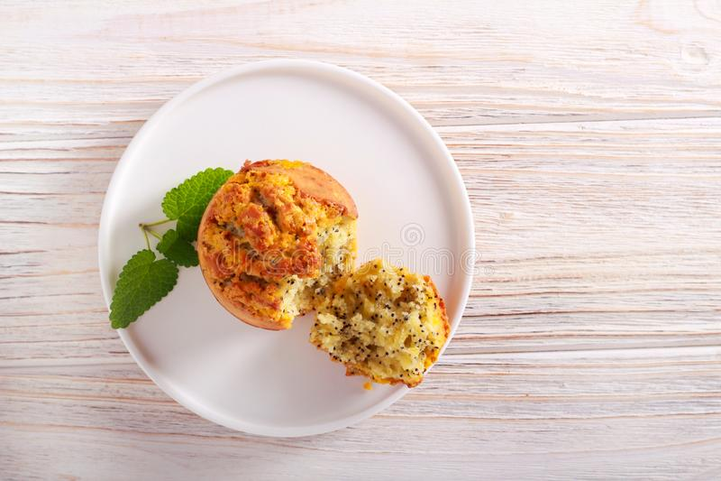 柠檬和罂粟种子松饼 库存照片