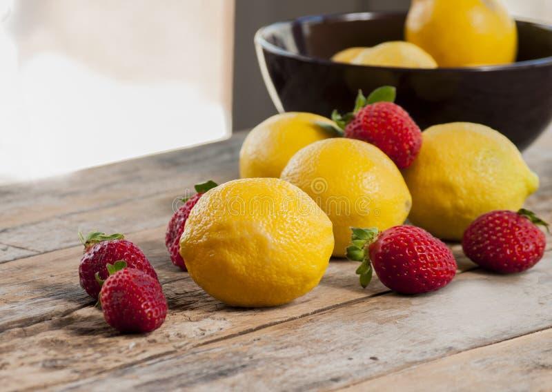 柠檬和草莓关闭  库存图片