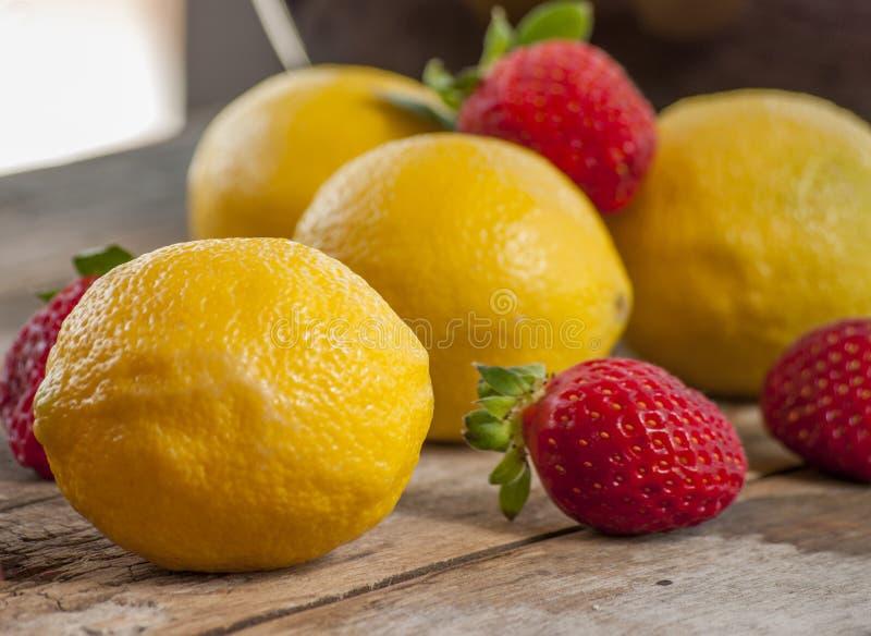 柠檬和草莓, 免版税库存图片