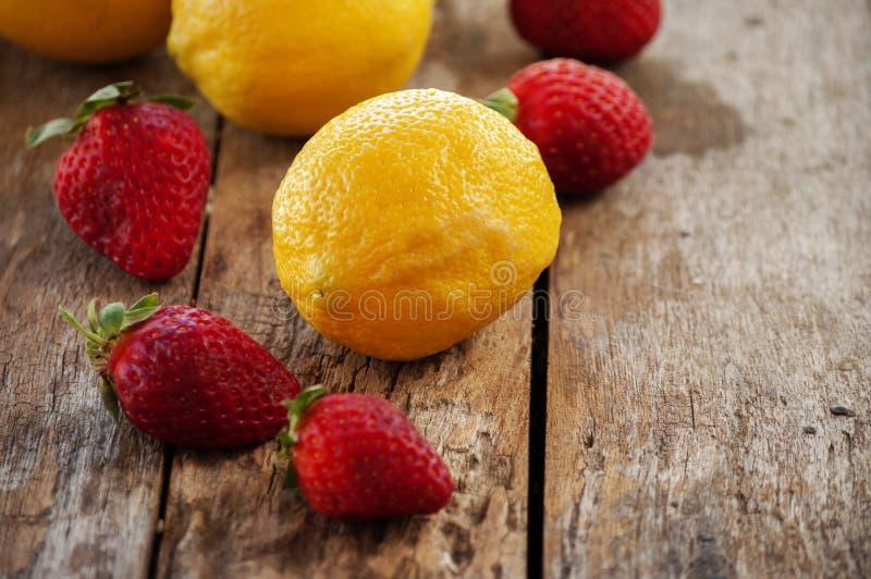 柠檬和草莓 免版税库存图片