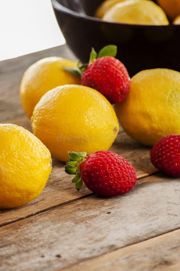 柠檬和草莓 免版税库存照片
