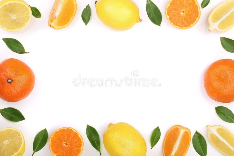 柠檬和蜜桔框架与在白色背景隔绝的叶子与拷贝空间您的文本的 平的位置,顶视图 图库摄影
