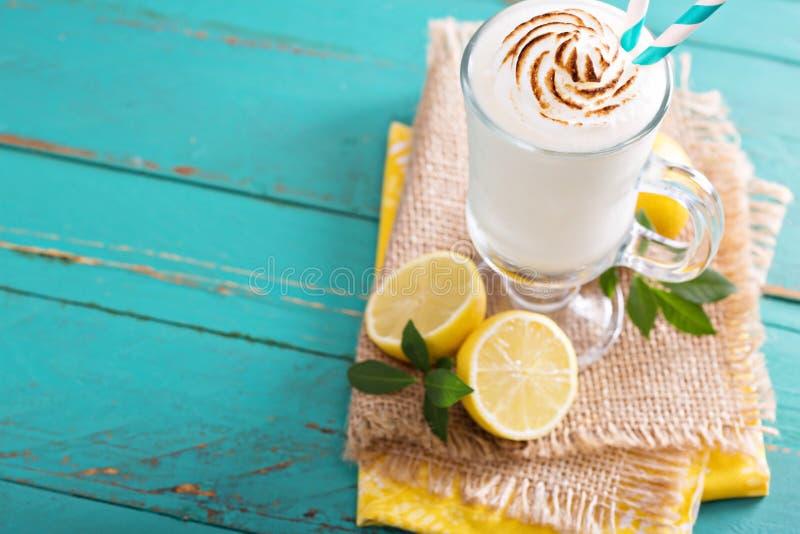 柠檬奶昔用在上面的蛋白甜饼 库存照片