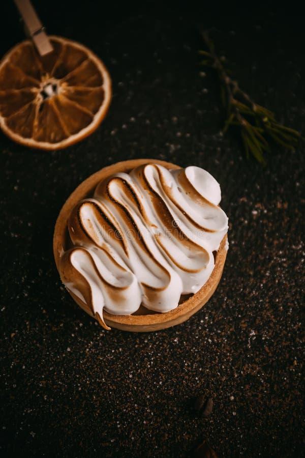 柠檬果子馅饼用蛋白甜饼 库存图片