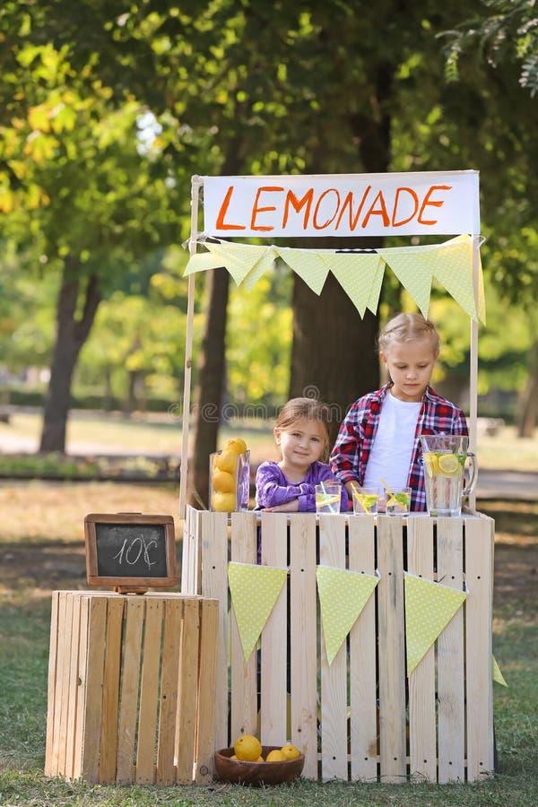 柠檬水摊的女孩在公园 库存照片
