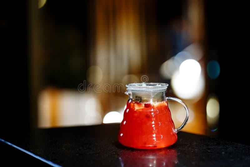 柠檬水用莓果和果子在水罐 免版税库存照片