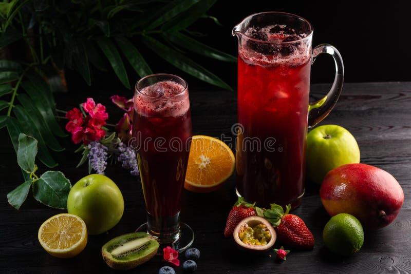 柠檬水蓝莓-在水罐的黑莓和玻璃和果子 免版税库存图片