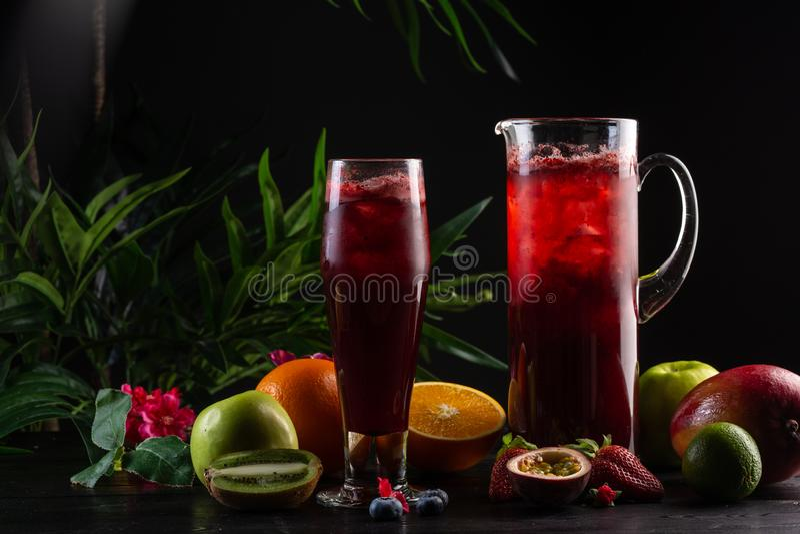 柠檬水蓝莓-在水罐的黑莓和玻璃和果子 库存照片