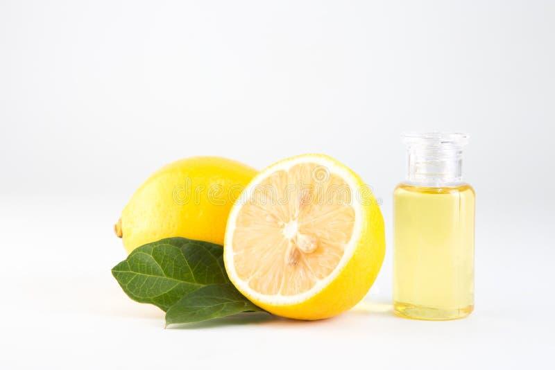 柠檬精油和柠檬在白色背景的果子孤立 免版税图库摄影