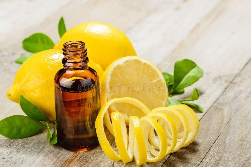 柠檬精油和柠檬果子 库存照片