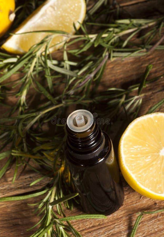 柠檬精油和迷迭香 库存图片