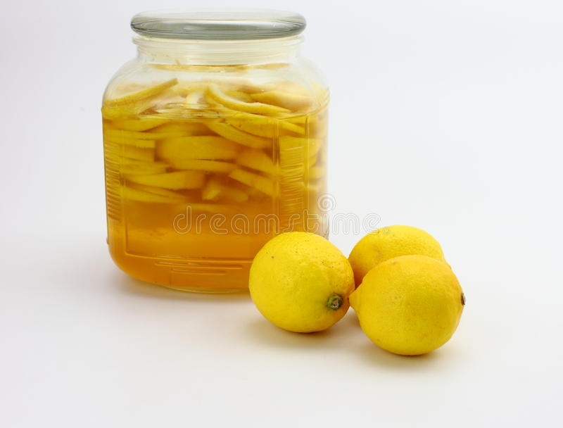 柠檬糖浆和新鲜的柠檬 免版税库存图片