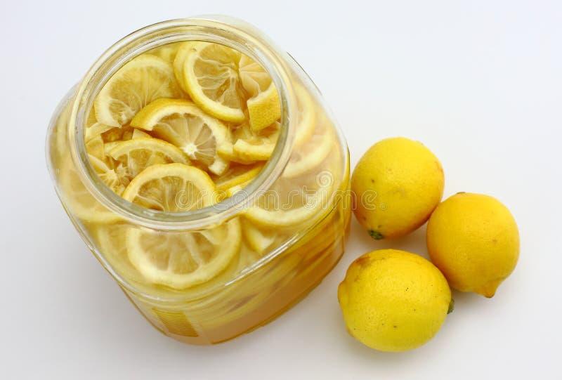 柠檬糖浆和新鲜的柠檬 免版税库存照片