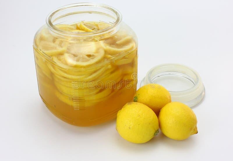 柠檬糖浆和新鲜的柠檬 免版税图库摄影