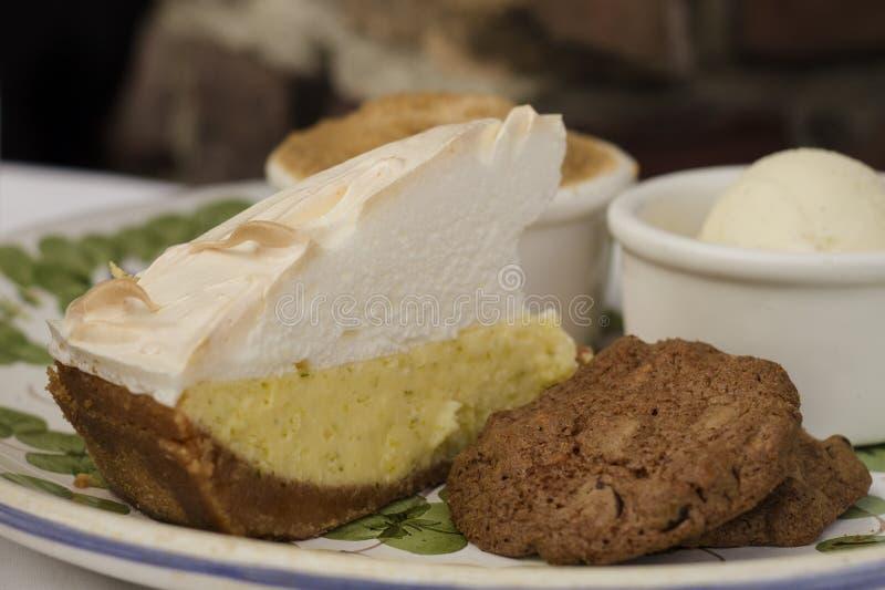 柠檬蛋白甜饼和曲奇饼在板材 免版税图库摄影