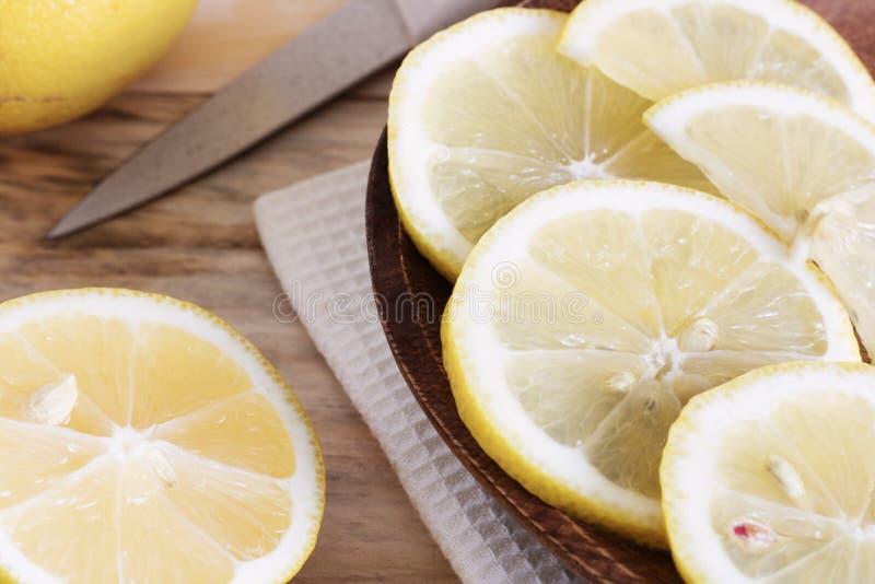柠檬被切成切片,烹调柠檬盘的过程,热带水果,饮食果子,健康食物,ing水多的片断  图库摄影