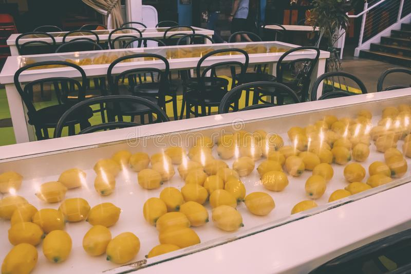 柠檬装饰饭厅 免版税库存图片