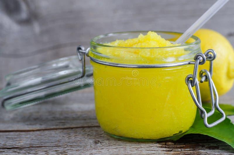 柠檬洗刷用糖、蜂蜜和橄榄油 免版税库存照片