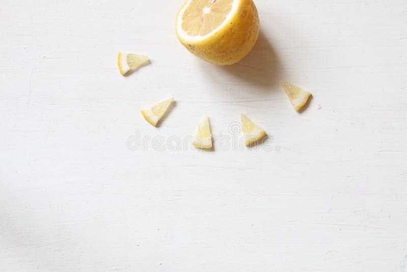 柠檬-太阳、夏天或者健康食物想法 免版税库存图片
