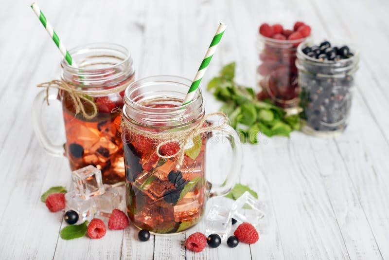 柠檬水用夏天莓果 免版税库存照片