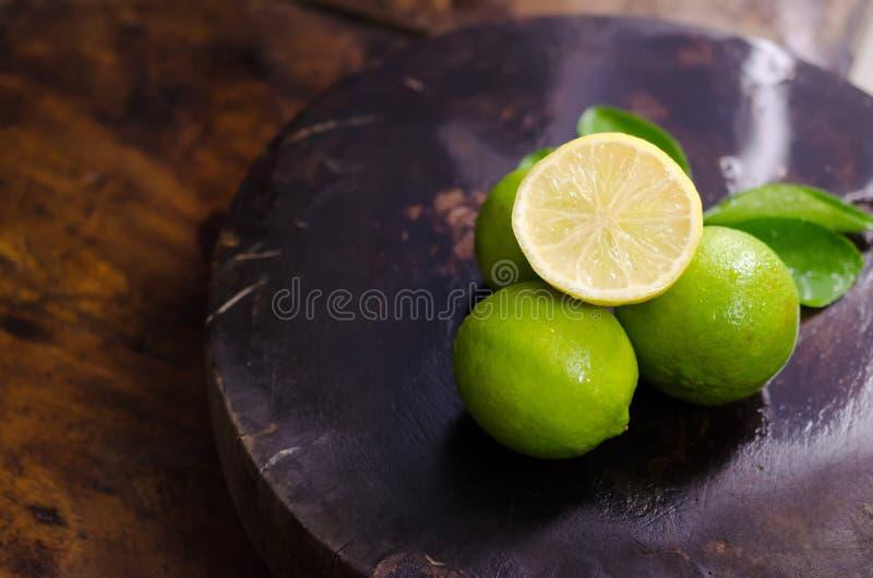 柠檬水用新鲜的柠檬 库存照片