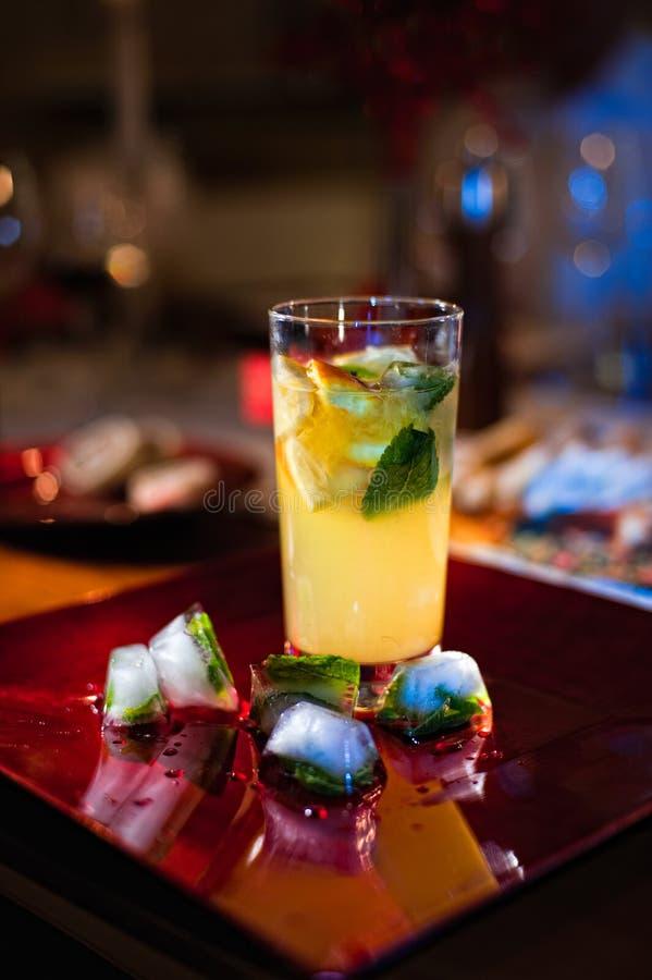 柠檬水用薄菏和冰 库存图片