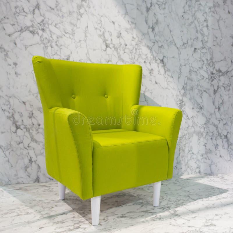 柠檬绿软的葡萄酒扶手椅子 免版税库存图片