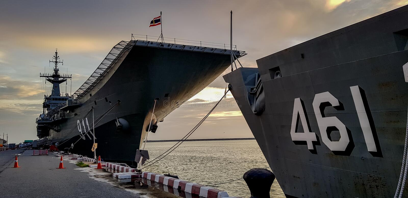 查克里・纳吕贝特号航空母舰航空母舰和HTMS Phutthayotfa Chal 库存图片