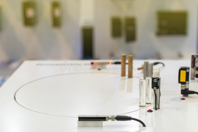 查出的准确性微型邻近传感器材料moveing为在桌上的工业工作 库存照片