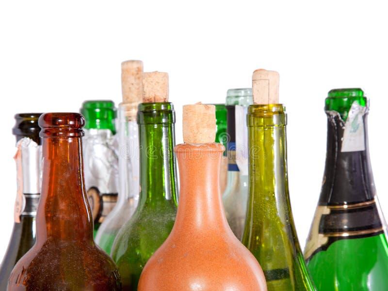 查出的瓶冠上白葡萄酒 免版税库存图片
