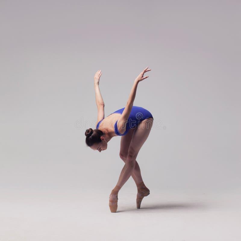 查出的美丽的跳芭蕾舞者 免版税库存照片