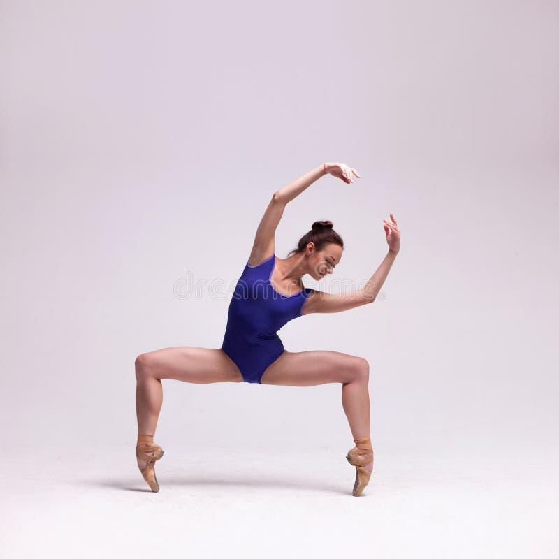 查出的美丽的跳芭蕾舞者 免版税图库摄影