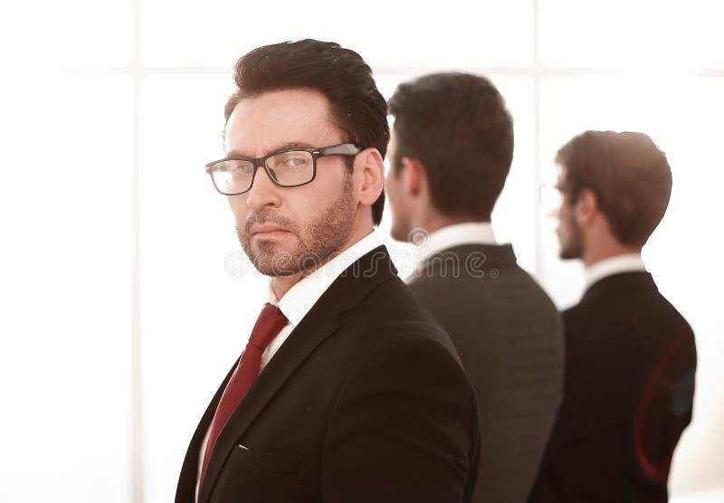 查出的背面图白色 一个小组看办公室窗口的商务伙伴 免版税库存照片