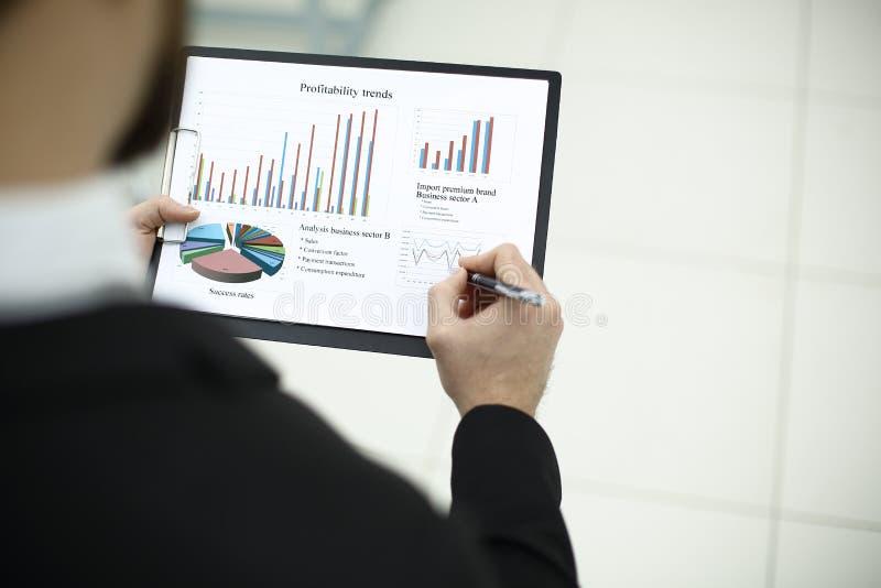 查出的背面图白色 商人检查财务数据 与拷贝空间的照片 免版税库存照片