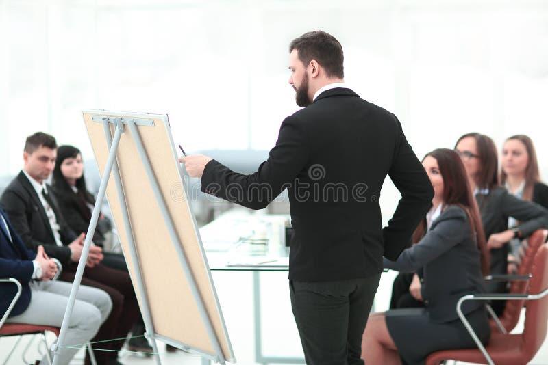 查出的背面图白色 报告人写一个报告对企业队 免版税图库摄影