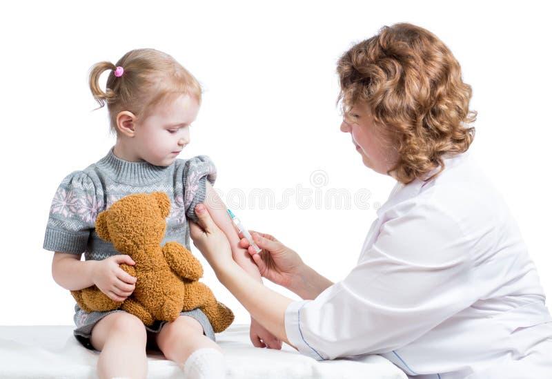 查出的医生接种的孩子 免版税库存图片