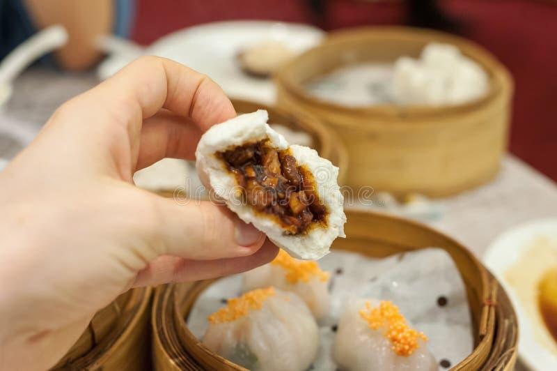 查家Siu鲍在香港粤式点心餐馆barbequed猪肉小圆面包 免版税库存图片