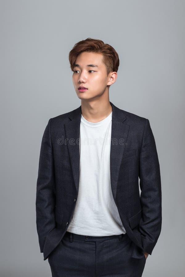查寻一个年轻东亚的人的演播室画象 免版税库存图片