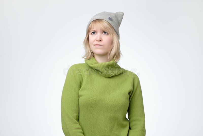 查寻与周道的沉思表示的帽子的半信半疑和犹豫不决的十几岁的女孩 免版税图库摄影