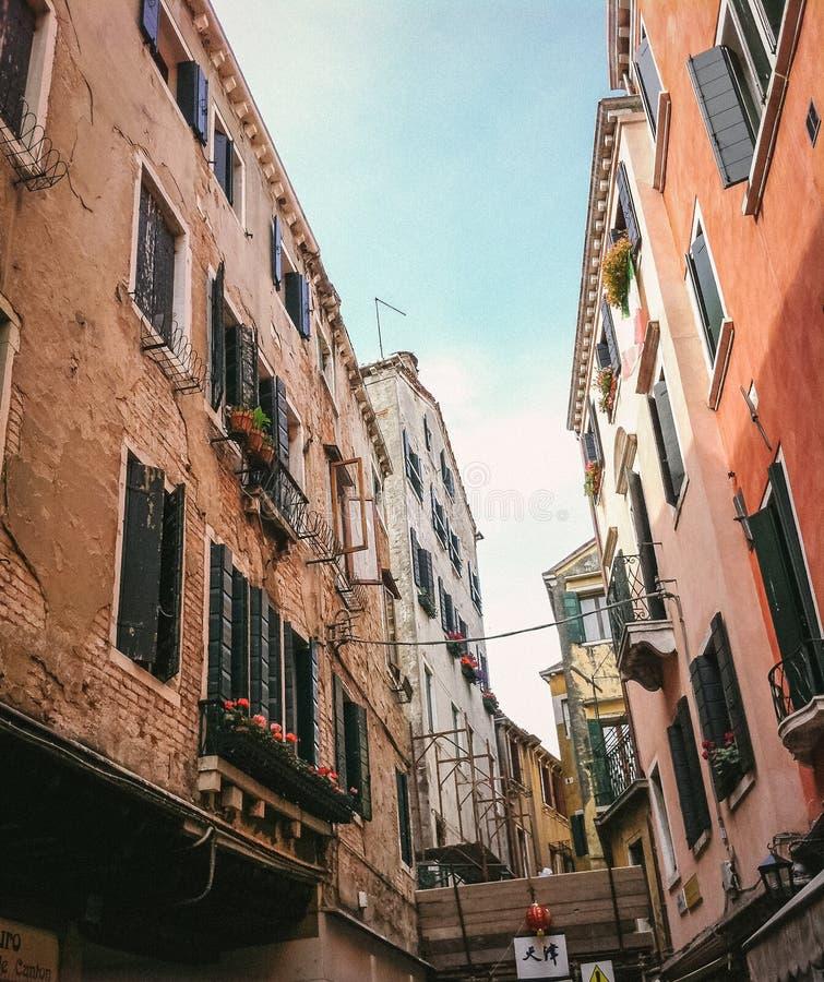 查寻在一条狭窄的地中海街道在威尼斯 库存照片