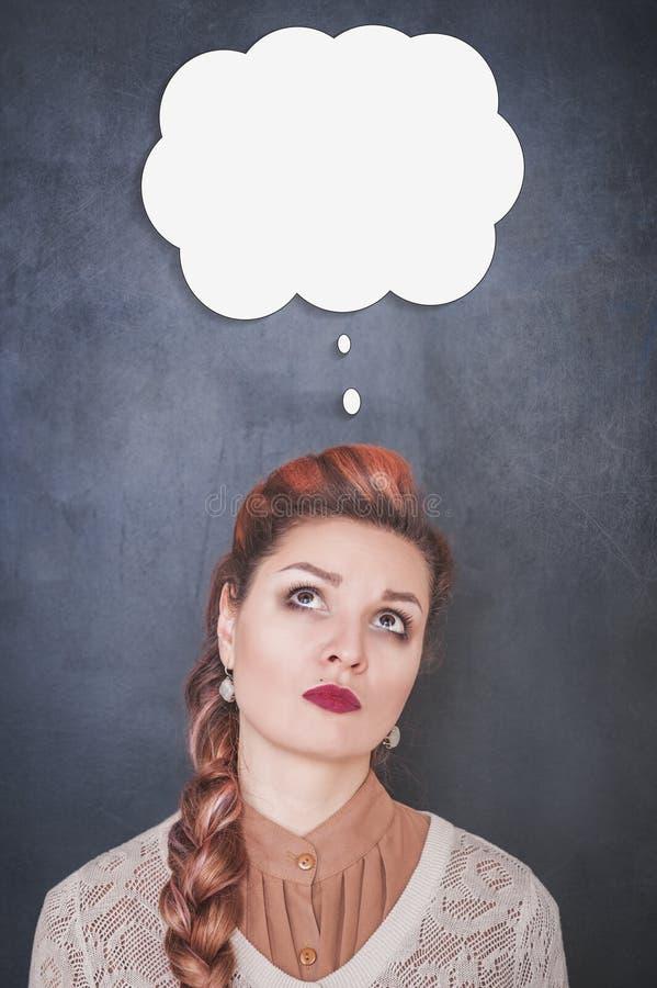 查寻在黑板背景的妇女 免版税图库摄影