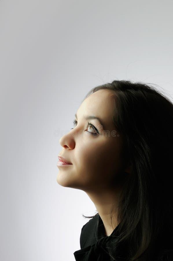 查寻年轻人的美丽的女孩 免版税图库摄影