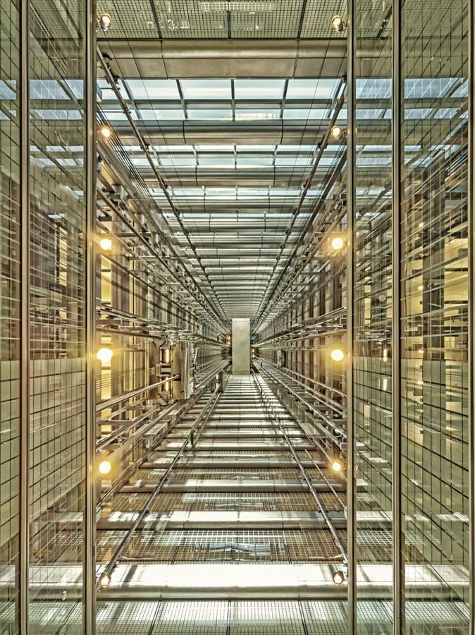查寻电梯在一个现代玻璃摩天大楼 建筑学,透视 库存图片