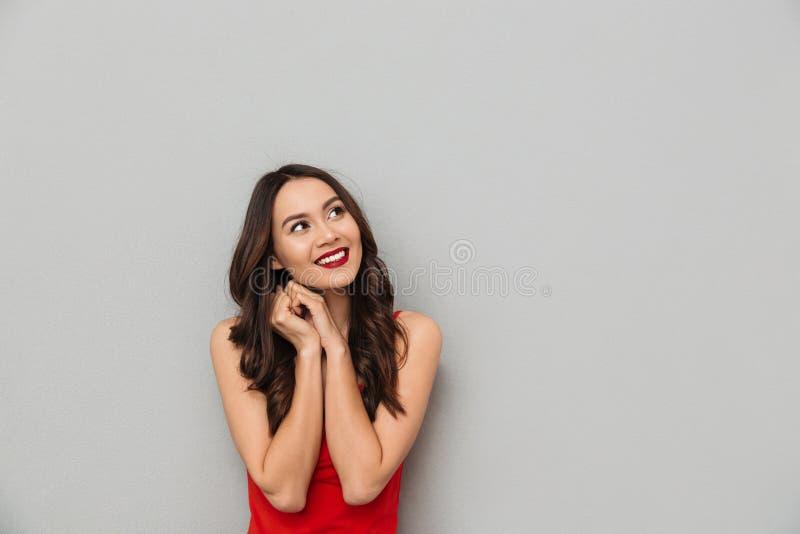 查寻的便衣的微笑的奥秘深色的妇女 免版税库存照片
