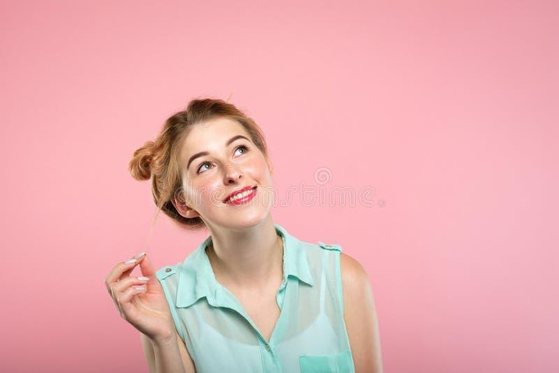 查寻空的空间广告的微笑的女孩 免版税图库摄影
