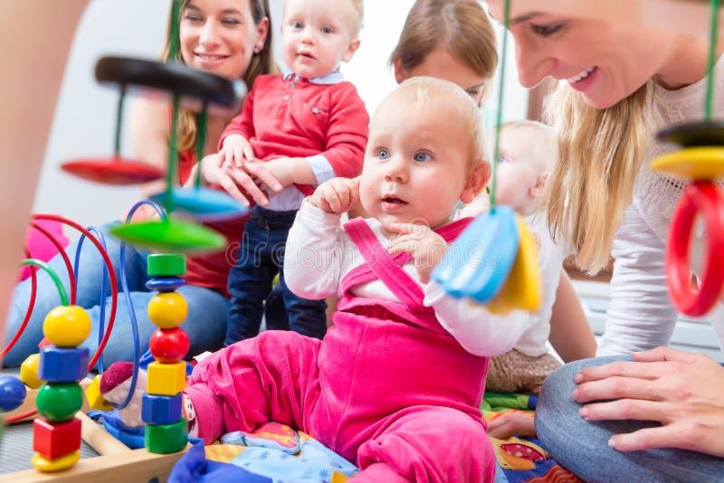 查寻逗人喜爱的女婴,当下来坐地板时 图库摄影