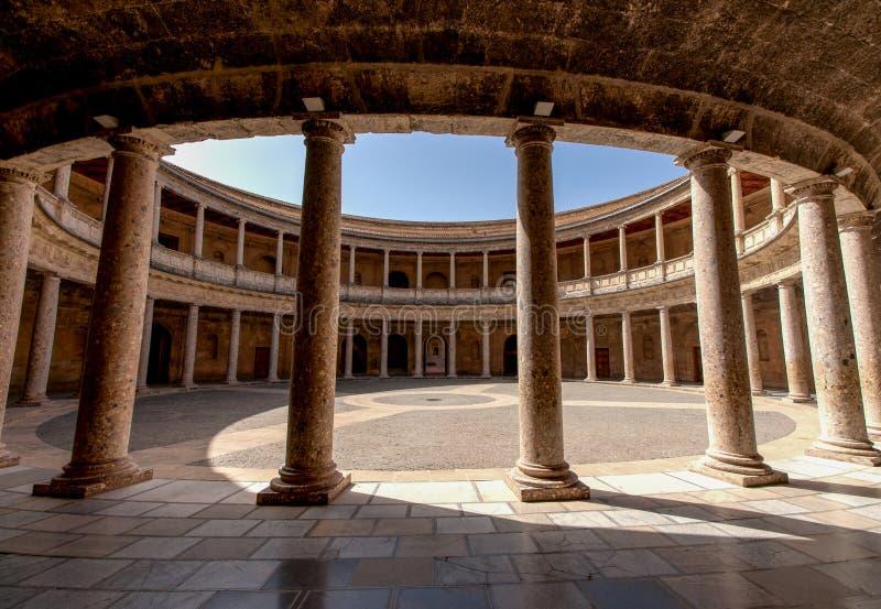 阿尔罕布拉宫de格拉纳达。 卡洛斯v宫殿的法院 免版税库存图片