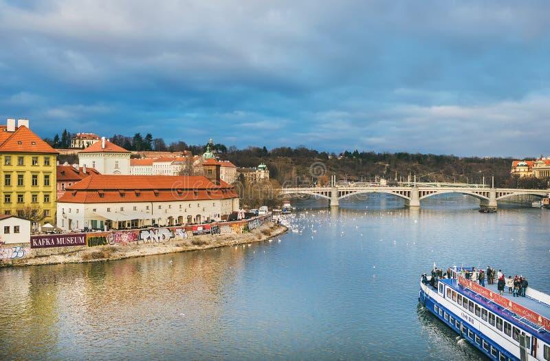 从查尔斯桥梁在伏尔塔瓦河河, Mala Strana边, Kampa海岛的看法 免版税库存照片